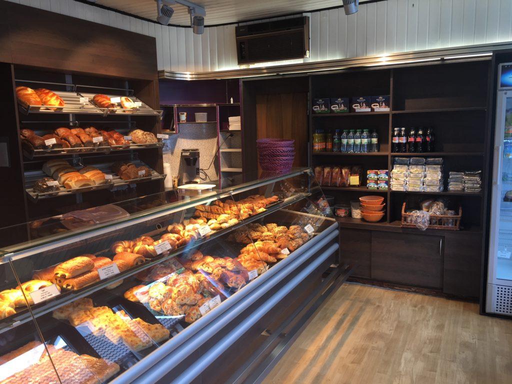 Exponate unserer Tischlerei für eine Bäckerei als Beispiel für einen Ladenbau.