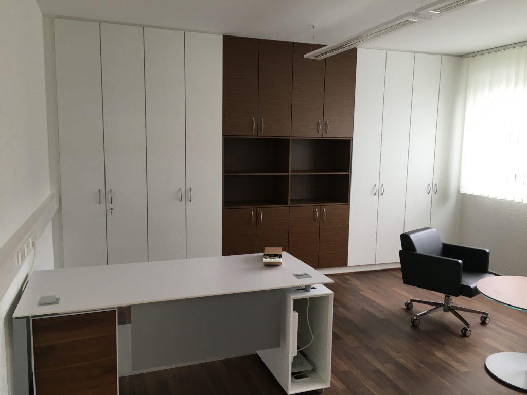Das Foto zeigt ein komplette Büro von unserer Tischlerei nach Kundenwunsch gestaltet.