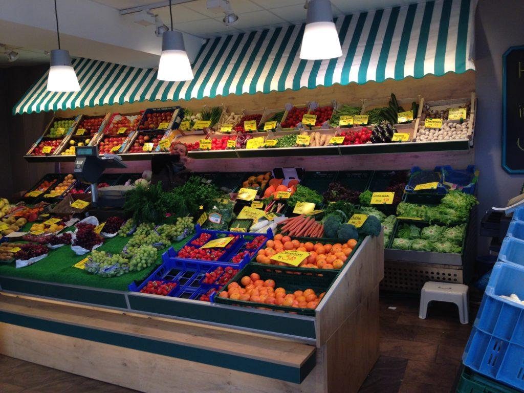 Das Foto zeigt einen Obstladen für den unsere Tischlerei Ladenbau umgesetzt.