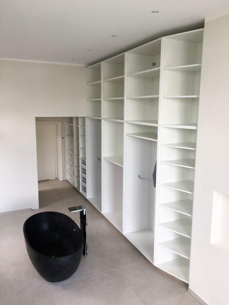 Das Foto zeigt eine individuell gefertigte weiße Ankleide um den Raum optimal auszunutzen